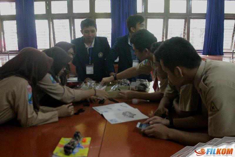 01_siswa_siswi_SMAN_8_Malang_merakit_partial_robot_LEGO_EV3