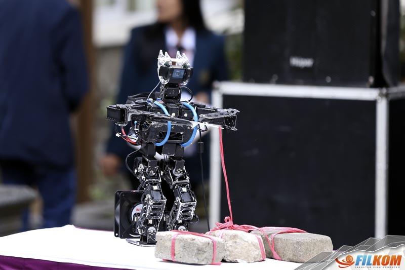 02_Robot_ATOM_yang_bertugas_melakukan_pelepasan_balon