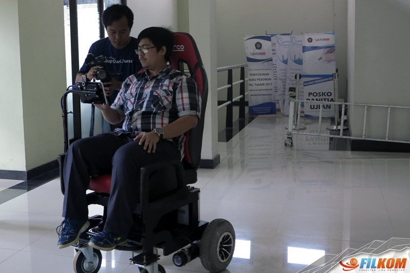 01_ujicoba_penggunaan_smart_wheelchair_pada_salah_satu_mahasiswa_FILKOM