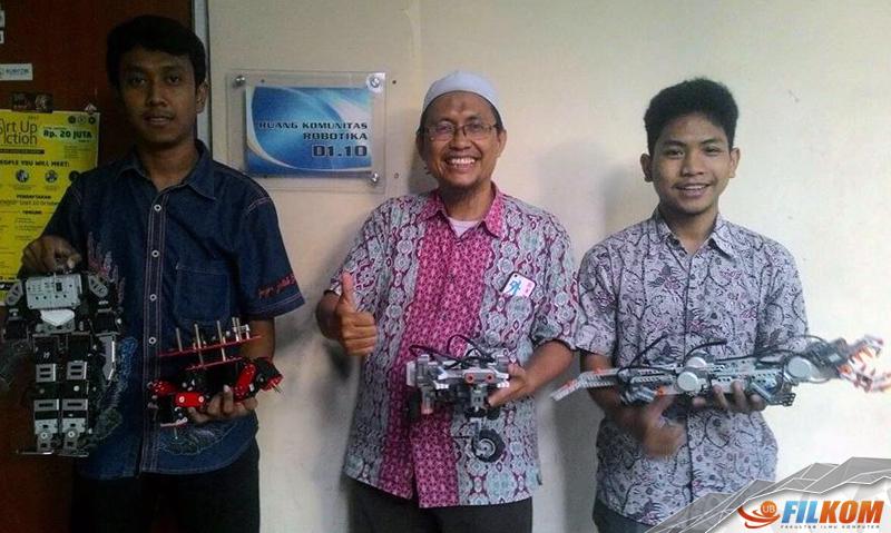 02_Tibyani_bersama_dua_mahasiswa_Teknik_Komputer_FILKOM_dan_robot_yang_akan_dipamerkan