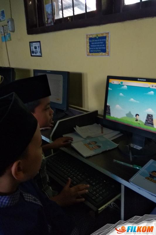 03_Siswa_SDN_Polehan_2_Malang_memainkan_game_GAMELAN